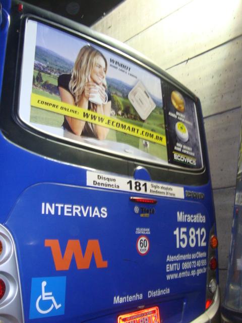 夜色中的公交车,上为科沃斯窗宝广告
